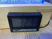32.3度をさす水温計