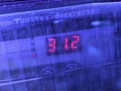 31.2度を示す水槽用クーラー付属の水温計