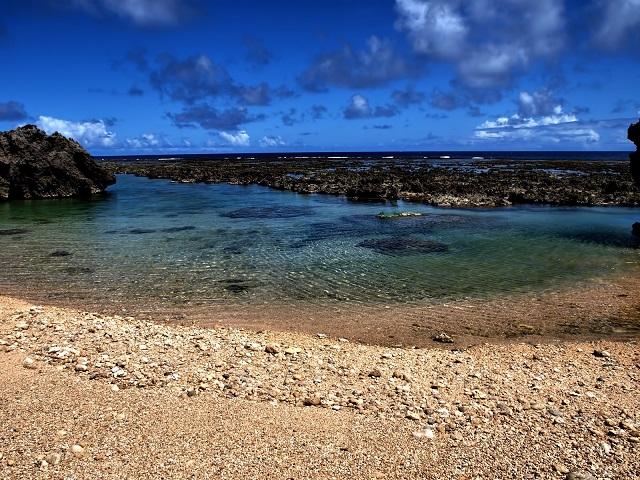 沖縄の透き通る海と砂浜