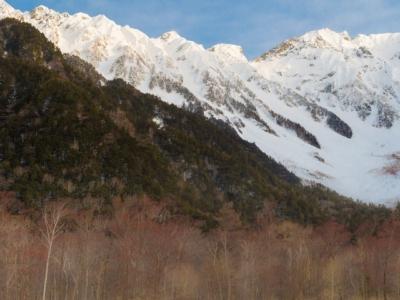 冬の上高地の透き通った空気の先にある穂高連峰