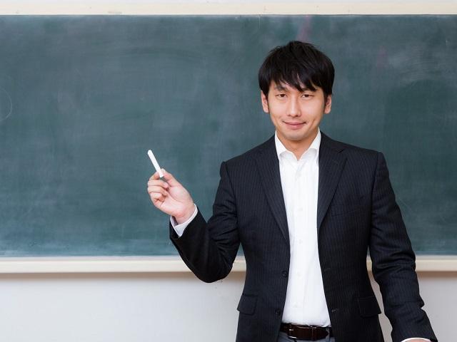 黒板の前で自己紹介をする新任教師