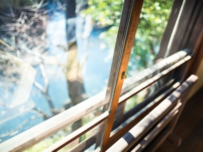ガラス窓から見る小川