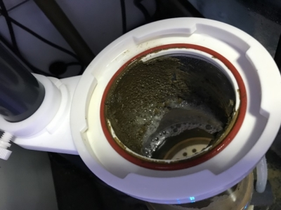 プロテインスキマー本体内部に溜まった汚れ