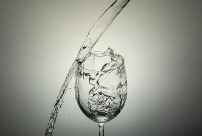 グラスに水入れようと失敗!