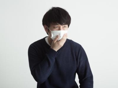 体調が悪くてマスクをつける男性