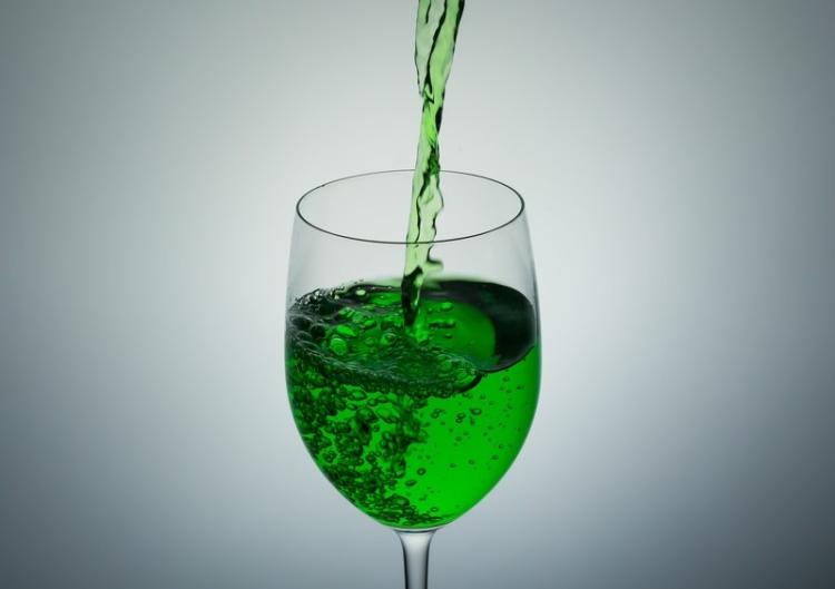 グラスに入れる緑の液体(ポイズン)