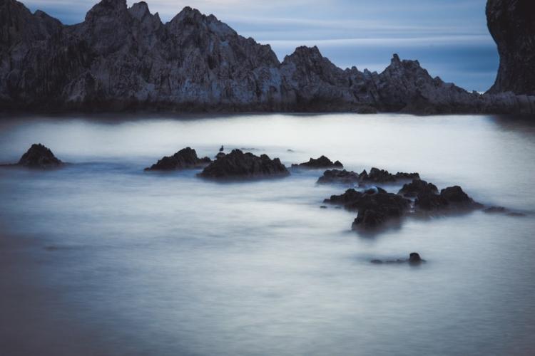 岸壁と霧のように静かな海