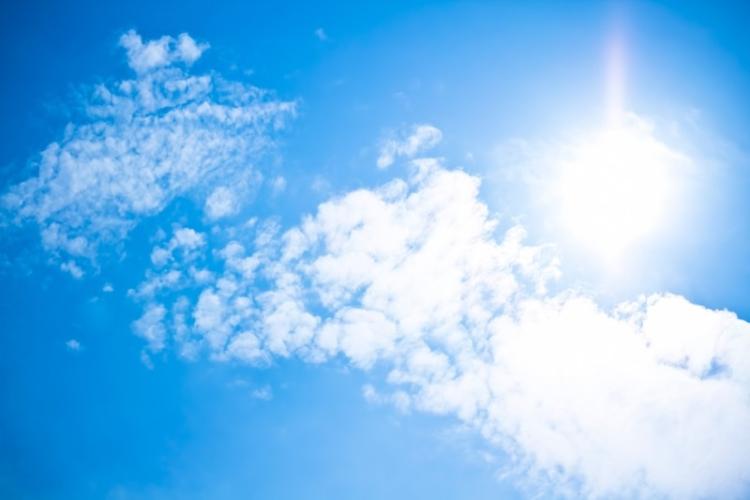 真夏日の強い日差しの太陽と青空