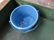 野外に汲み置いたバケツ