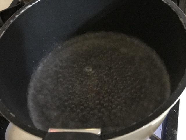 鍋でお湯が沸騰している様子