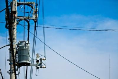 真夏日の電柱と青空