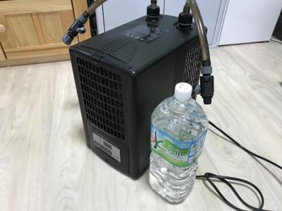 水槽用クーラー「ゼンスイZC-100α」とペットボトル