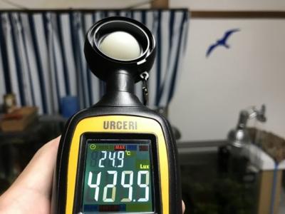 429.9ルクスを指す照度計