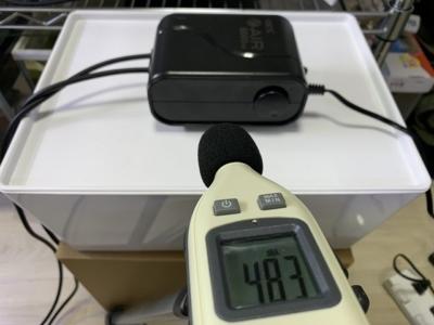 GEX製エアーポンプ「e-AIR 6000WB」と騒音計で音量を測定(流量を絞った時)