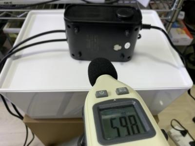 GEX製エアーポンプ「e-AIR 6000WB」と騒音計で音量を測定(共振時)