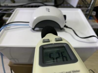 「ニッソー サイレント β-120」騒音計で音量をチェックしている様子