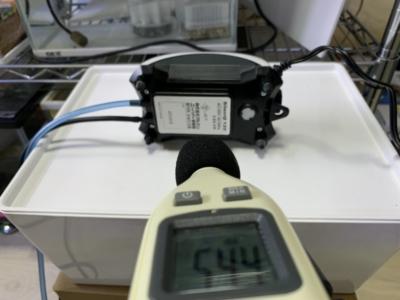 「ニッソー サイレント β-120」騒音計で音量をチェックしている様子(横置き)