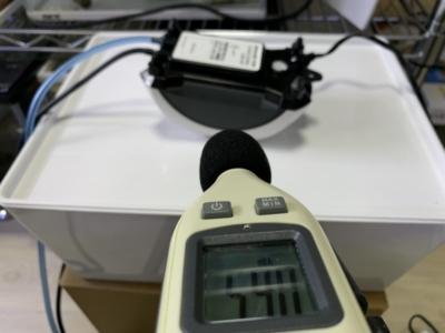 「ニッソー サイレント β-120」騒音計で音量をチェックしている様子(逆さおき)