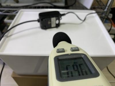 GEX e-AIR1000SBの音量を騒音計で測定している様子(共振時)